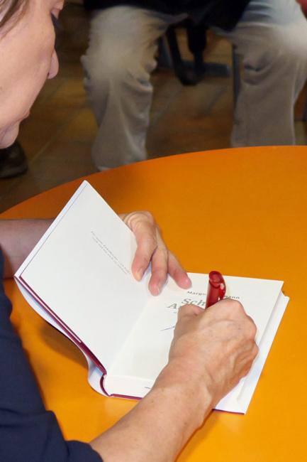 13---beim-Signieren